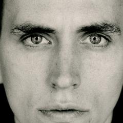 Portrait Martin Kohlstedt vor schwarzem Hintergrund
