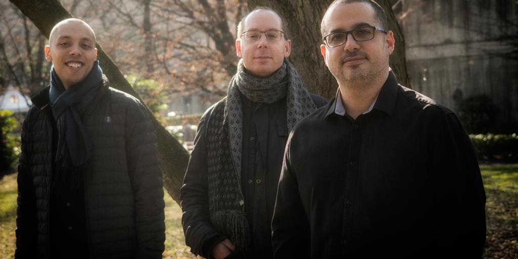 Die drei Bandmitglieder in einem Park