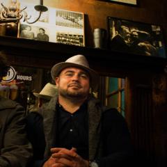 Foto der drei Musiker in einem Café
