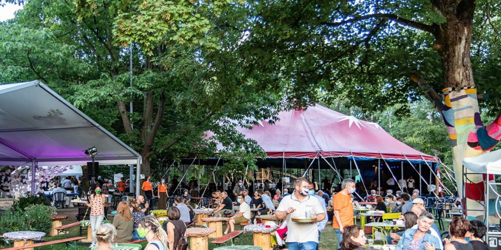 Das Zelt in dem das Weltmusikfest und Haaste Töne jedes Jahr stattfindet. Festivalbesucher mit Maske.