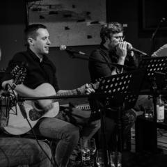 Die Musiker der Band Whiskey Anchor an ihren Instrumenten