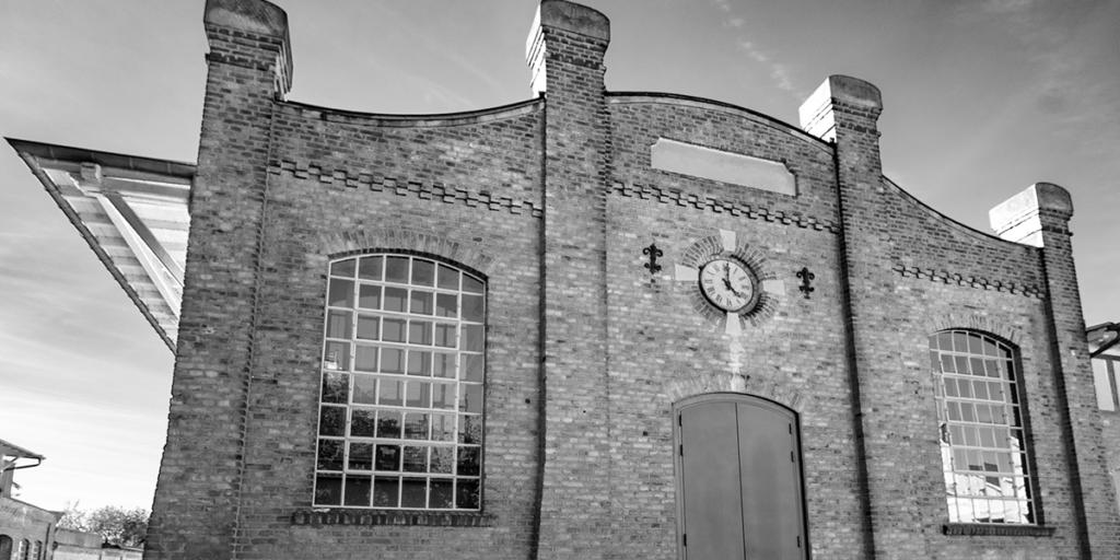 Alter Schlachthof in schwarz weiß vor seiner Renovierung