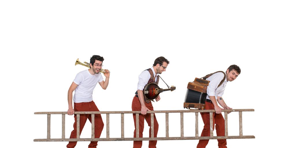 Die drei Musiker des EKKO Trios mit ihren Instrumenten auf der Schulter. Sie tragen gemeinsam eine Leiter.und einer Leiter